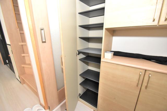 横沼町1-9-12 貸家 明るい玄関には大きめのシューズボックスがありますよ。