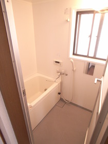 浴室には窓があって換気も十分!