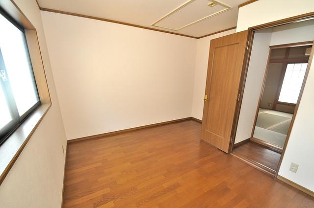 長栄寺8-24 貸家 明るいお部屋はゆったりとしていて、心地よい空間です