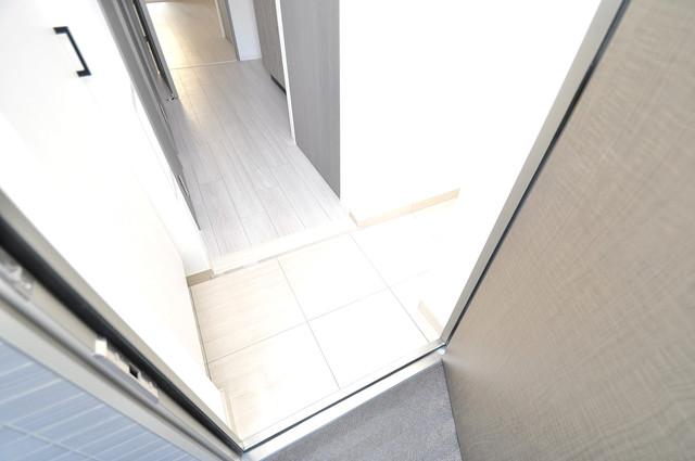 レジュールアッシュOSAKA新深江 素敵な玄関は毎朝あなたを元気に送りだしてくれますよ。
