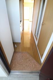 玄関は少しコンパクト。右手扉はトイレです。