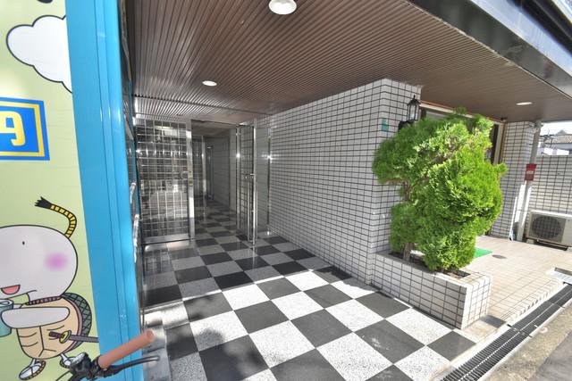 グローリーハイツ東成 エントランス周辺はいつもキレイに片付けられています。