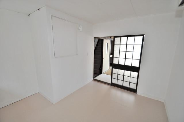 太平寺2丁目 連棟住宅 白を基調としたリビングはお部屋の中がとても明るいですよ。