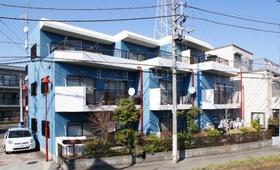 ブルーの外観が目印な2DKマンションです。