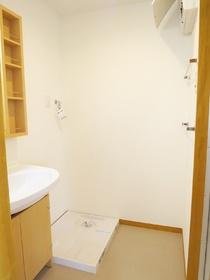 棚付き洗面台と洗濯機置場です