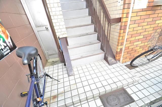 寿マンション 玄関まで伸びる廊下がきれいに片づけられています。
