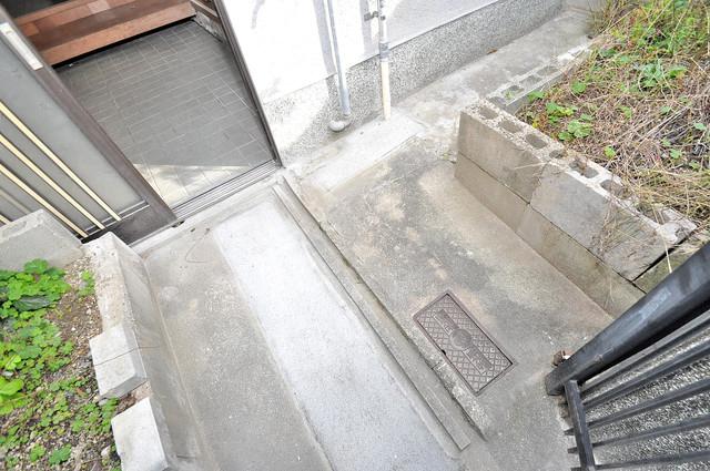 横沼町3丁目貸家 エントランス周辺はいつもキレイに片付けられています。