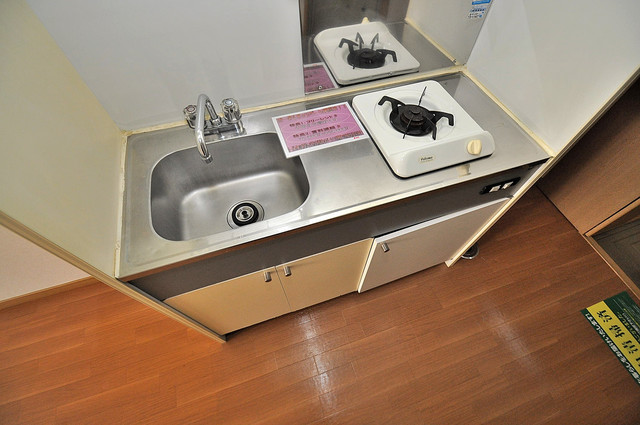 エステートピアナカタB棟 単身のお部屋には珍しい豪華なシステムキッチン完備です。