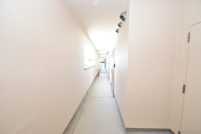 Tースクエア布施 玄関まで伸びる廊下がきれいに片づけられています。