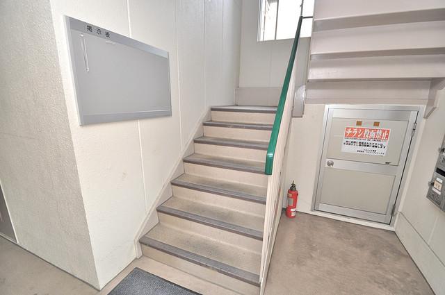 ベルハイム横沼 2階に伸びていく階段。この建物にはなくてはならないものです。
