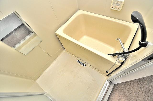 中村マンション 広めのお風呂は一日の疲れを癒してくれます。