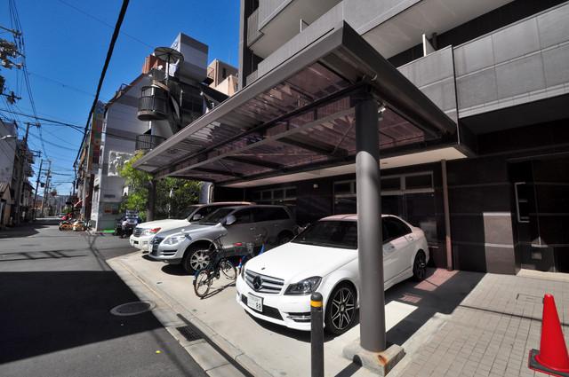 グランガーデン足代新町 1階には駐車場があります。屋根付きは嬉しいですね。