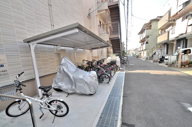 アプリコット瓜生 敷地内にある専用の駐輪場。雨の日にはうれしい屋根つきです。
