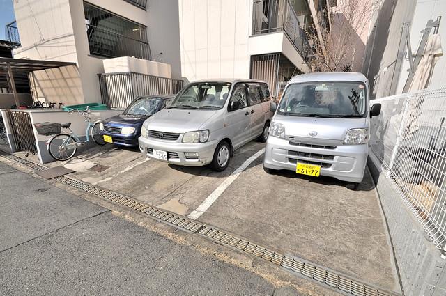 グリーンハイツ竜田 敷地内にある駐車場。愛車が目の届く所に置けると安心ですよね。