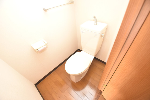 サンオークスマンション 清潔感たっぷりのトイレです。入るとホッとする、そんな空間。