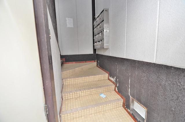 玉栄マンション この階段を登った先にあなたの新生活が待っていますよ。