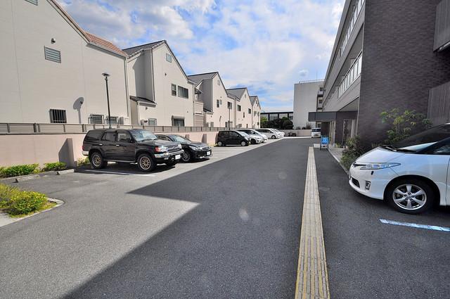 セーズコート高井田 敷地内にある駐車場。愛車が目の届く所に置けると安心ですよね。