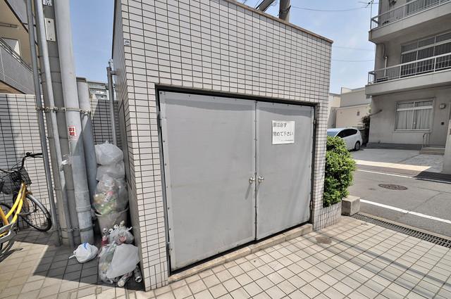 デ・リード高井田駅前 敷地内に有り、時間を気にせず出せるごみ置き場。