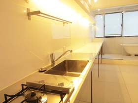 キッチンから壁沿いに続くテーブルは、棚としても、デスクとしても使えます♪