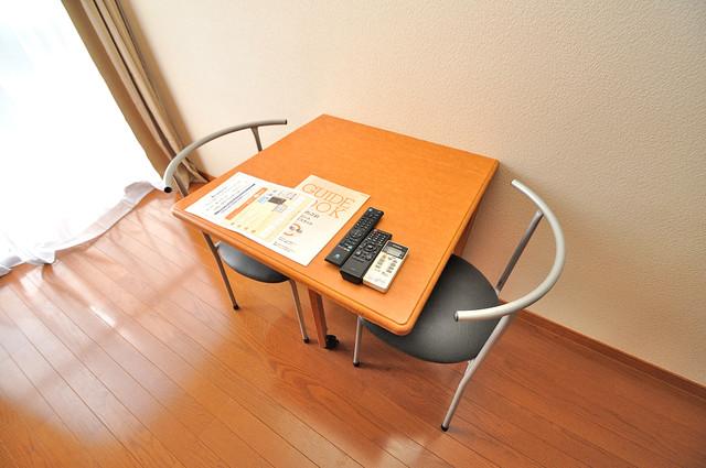 レオパレススズラン テーブル・椅子有ります。家具付きって嬉しいですね。