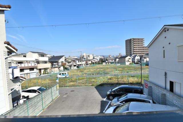 高井田元町2-11-15貸家 この見晴らしが日当たりのイイお部屋を作ってます。