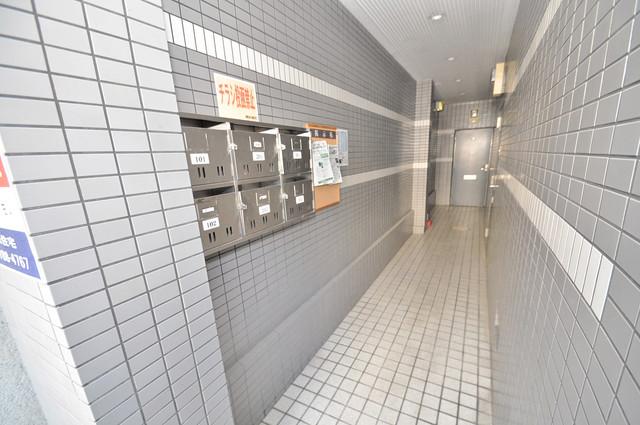 ハイツシャイニングN 玄関まで伸びる廊下がきれいに片づけられています。