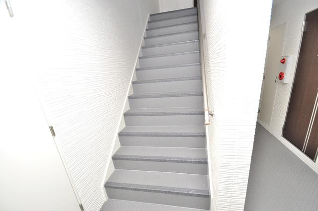 クリエオーレ稲田本町 2階に伸びていく階段。この建物にはなくてはならないものです。