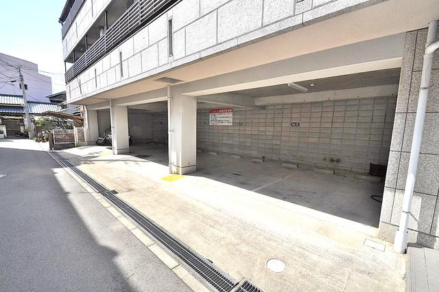 ラフォーレ菱屋西 1階には駐車場があります。屋根付きは嬉しいですね。