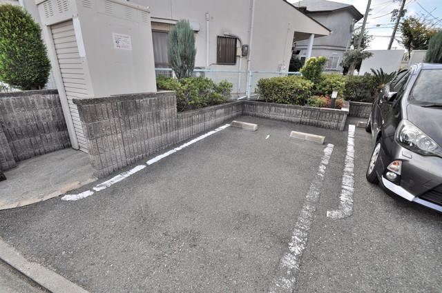 フォンテーヌ 敷地内には駐車場があり安心ですね。