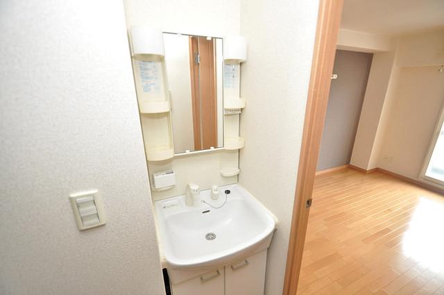 グランデージ長田東 人気の独立洗面所にはうれしいシャンプードレッサー完備です。