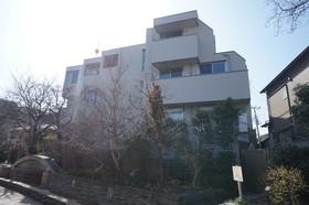 天野アパートメント住宅街に建ってます