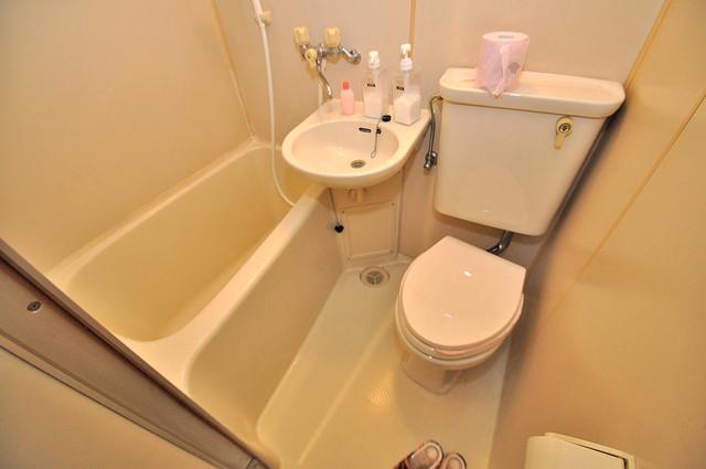 浅田ハイツ 単身さんにちょうどいいサイズのバスルーム。