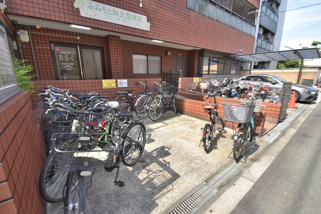 ロイヤル丸文 あなたの大事な自転車も安心してとめることができますね。