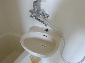 便利な鏡付の浴室内洗面台です