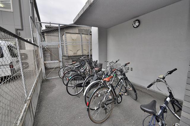 イスタナ・フセ 屋根付きの駐輪場は大切な自転車を雨から守ってくれます。