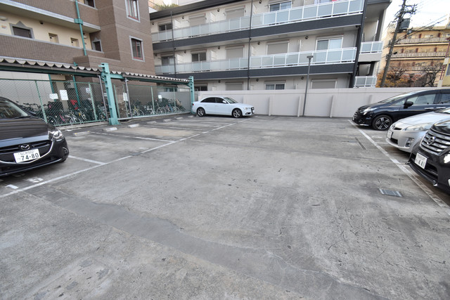 セピアコート柴田 敷地内にある駐車場。愛車が目の届く所に置けると安心ですよね。