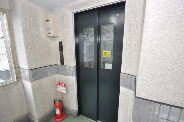 ロータリーマンション布施北 嬉しい事にエレベーターがあります。重い荷物を持っていても安心