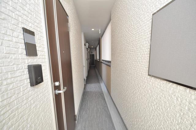 ハーモニーテラス西堤楠町 玄関まで伸びる廊下がきれいに片づけられています。