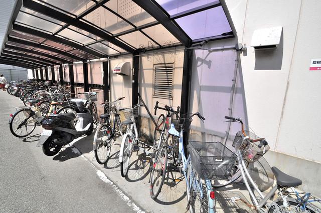 プリエール玉津 屋根付きの駐輪場は大切な自転車を雨から守ってくれます。