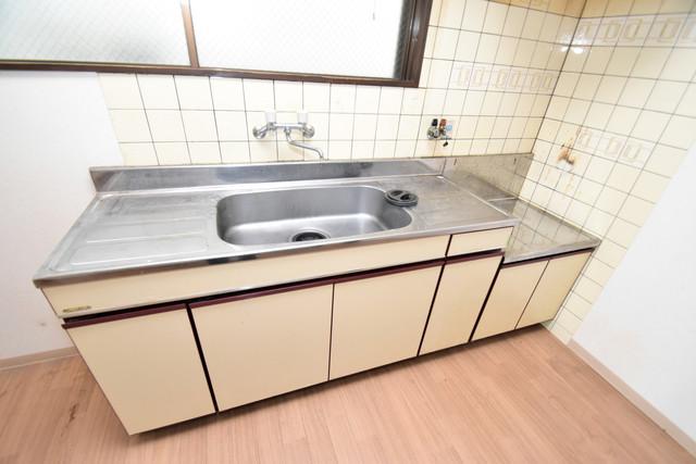 マンションサンパール シンプルなキッチンです。あなた好みのコンロを置いてくださいね。