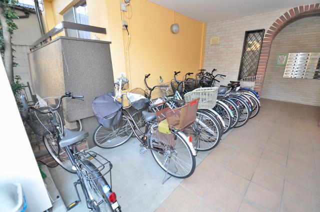 第一コーポ春日荘 敷地内にある専用の駐輪場。雨の日にはうれしい屋根つきです。