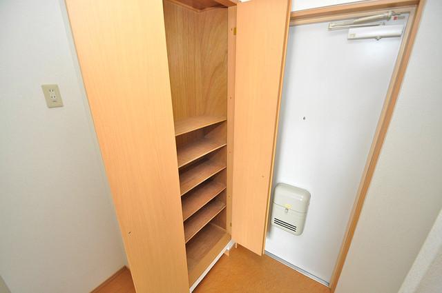 ロータリーマンション長田東 玄関には大容量のシューズボックスがありますよ。