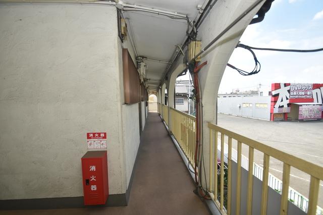 サンレイディアンスOKUDA 玄関まで伸びる廊下がきれいに片づけられています。