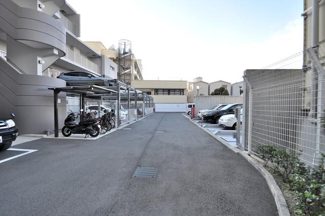 ヴェリテ永和駅前 敷地内にある駐車場。愛車が目の届く所に置けると安心ですよね。