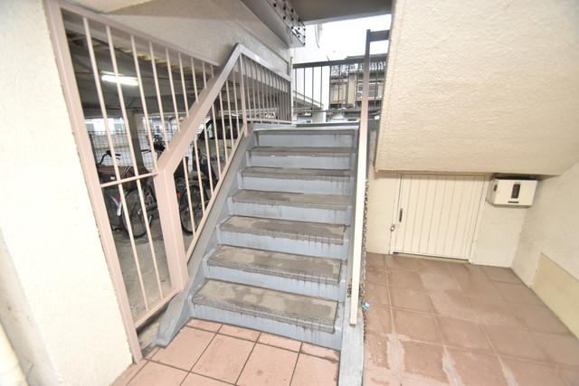 アライマンション この階段を登った先にあなたの新生活が待っていますよ。