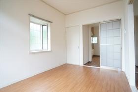 出窓がある洋室にはエアコンを設置しています。