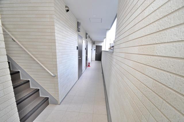 ノイヴェル小若江 玄関まで伸びる廊下がきれいに片づけられています。
