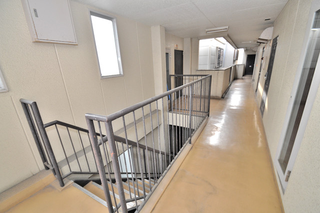 エホールⅢ 玄関まで伸びる廊下がきれいに片づけられています。