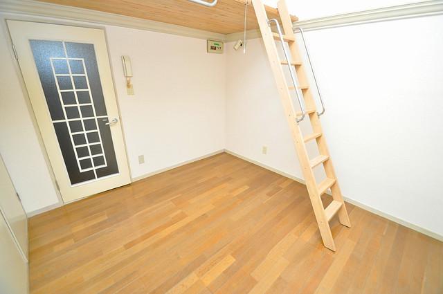 ハウスランド布施 落ち着いた雰囲気のこのお部屋でゆっくりお休みください。