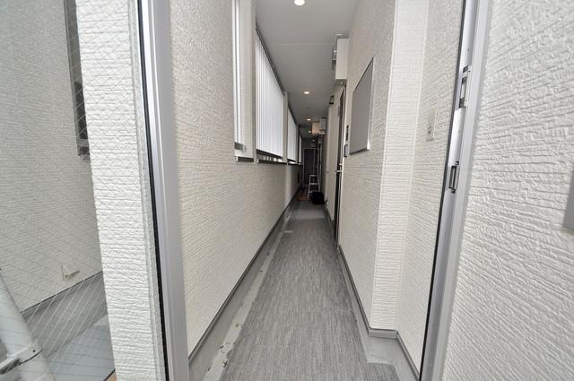 ハーモニーテラス源氏ケ丘 玄関まで伸びる廊下がきれいに片づけられています。